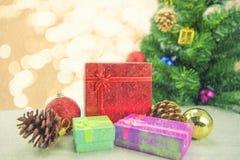 Dozen van de Kerstmis de huidige gift op houten vloer Vrolijke Kerstmis en Gelukkig Nieuwjaar Royalty-vrije Stock Afbeeldingen
