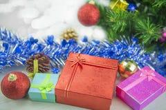 Dozen van de Kerstmis de huidige gift op houten vloer Vrolijke Kerstmis en Gelukkig Nieuwjaar Stock Foto's