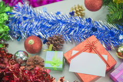 Dozen van de Kerstmis de huidige gift op houten vloer Vrolijke Kerstmis en Gelukkig Nieuwjaar Stock Afbeelding