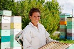 Dozen van imker de bewegende bijenkorven stock afbeelding