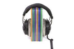 Dozencd/DVD met hoofdtelefoons stock afbeelding