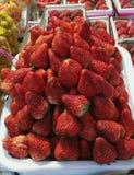 Dozijn van aardbei in de mand in supermarkt, stapel van aardbei in markt Stock Afbeelding