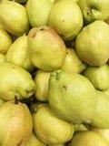 Dozijn van peer in de mand in supermarkt, omhoog gesloten stapel van zoete peer in markt, Stock Foto