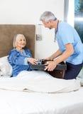 Dozorca porci śniadanie Starsza kobieta Na łóżku Zdjęcia Stock