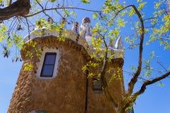 Dozorca stróżówka z gałąź widokiem w Parkowym GÃ ¼ ell, Barcelona, Hiszpania - wizerunek obraz stock