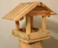 Dozownik dla ptaków Drewniany dom z dachem Fotografia Royalty Free