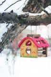 Dozownik dla ptaków na drzewie w zimie Birdhouse zdjęcia stock