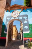 Dozza Itali?: Detail van het oude dorp met muurklok Stad in het Emilia Romagna-gebied beroemd voor zijn muurschilderingen en kast royalty-vrije stock afbeeldingen