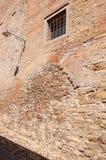 Dozza Italien: Forntida slottd?rrdetalj royaltyfria foton