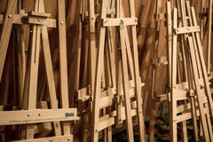 Dozzine dei cavalletti di legno fotografia stock libera da diritti