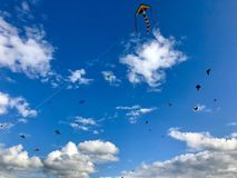 Dozzine di aquiloni sono in ascesa nel cielo Fotografia Stock Libera da Diritti