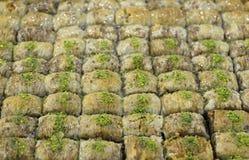 Dozzine di baklave con i pistacchi fotografia stock libera da diritti
