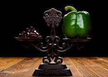 Dozzine di capsule e di peperone dolce verde su un concetto equilibrato della scala di cibo sano e dello stile di vita alternativ immagine stock