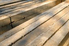Dozzine di colonne concrete sull'erba durante il giorno soleggiato fotografia stock libera da diritti