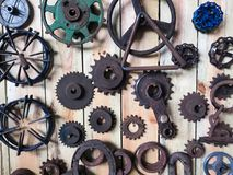 Dozzine di ingranaggi meccanici arrugginiti fotografie stock