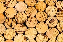 Dozzine di sugheri del vino impacchettati dal punto finale della vista fotografia stock