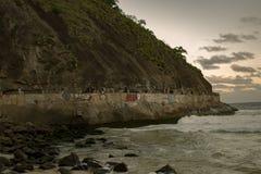 """Dozzine di turisti camminano il modo """"dei pescatori """"dal lato della collina Babilonia in Leme fotografie stock"""
