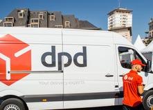 DPD cargo pacote camionete entrega com trabalhador Foto de Stock