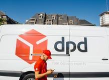 DPD cargo pacote camionete entrega com trabalhador Fotos de Stock Royalty Free
