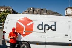DPD cargo pacote camionete entrega com trabalhador Imagem de Stock Royalty Free