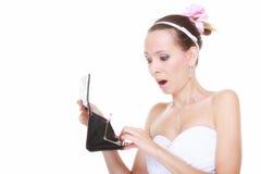 Dépenses de mariage. Jeune mariée avec la bourse vide Photographie stock libre de droits