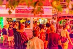 DProvincetown马萨诸塞2017年8月在鳕鱼角Provincetown末端有居民和游人的多同性恋人口 图库摄影