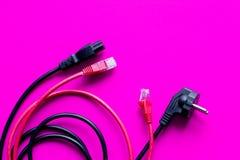 Drähte für die Aufladung auf Draufsicht des rosa Hintergrundes Stockbilder