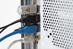 Drähte und Memorystick in der technischen Ausrüstung Stockfotos