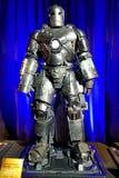 Dräkt för järnmanfläck som 1 är sliten vid Robert Downey Jr Royaltyfri Foto