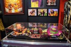 Dräkt för man för WWE-legend macho, hattar, solglasögon och fotoskärmar royaltyfri bild