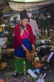 Dräkt för säljare för Bai-kvinnamarknad iklädd etnisk, Dali Old Town, Kina royaltyfria bilder