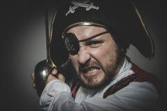 dräkt mannen piratkopierar med ögonlappen och den gamla hatten med roliga framsidor Arkivbilder