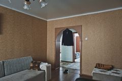 Dräkten på hängaren i dörröppningen mellan rummen Royaltyfria Foton