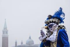 Dräkter för iklädda blått för par på den Venedig karnevalet Fotografering för Bildbyråer
