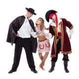 Dräkter för karneval för allhelgonaafton för dansarelag som bärande dansar mot den vita oavkortade kroppen Arkivfoton