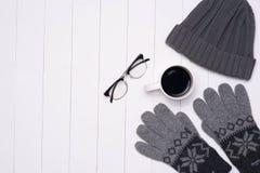 Dräkter för vinter för man` s tillfälliga med kaffekoppen och glasögon på wo royaltyfria bilder