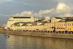 Dräneringkanalen konstruerades i 1783-1786 längs den centrala krökningen av den Moskva floden nära Kreml Samman med Met Royaltyfri Fotografi