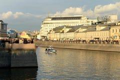 Dräneringkanalen konstruerades i 1783-1786 längs den centrala krökningen av den Moskva floden nära Kreml Samman med Met Royaltyfri Bild