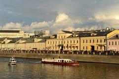 Dräneringkanalen konstruerades i 1783-1786 längs den centrala krökningen av den Moskva floden nära Kreml Samman med Met Arkivbild