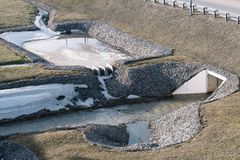 Dräneringsystem för huvudvägen som förstärks med stenar royaltyfri fotografi
