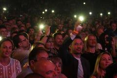 Drängen Sie Schalter auf Lichtern an den Handys auf Tribünen während des Jahr-Geburtstagskonzerts Viktor Drobyshs 50. bei Barclay Lizenzfreie Stockfotografie