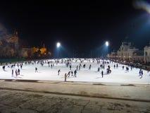 Drängen Sie sich auf Eisbahn im Freien bis zum Nacht in Budapest Stockfoto