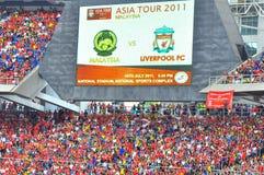 Drängen Sie sich am Stadion mit großem Bildschirm im Hintergrund Lizenzfreies Stockbild