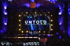 Drängen Sie sich, Tausende von Leuten am Musikfestival Lizenzfreie Stockbilder
