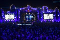 Drängen Sie sich, Tausende von Leuten am Musikfestival Lizenzfreies Stockbild