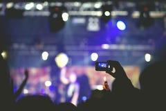 Drängen Sie sich und einem Band auf Stadium zujubeln und aufpassen Stockfotos