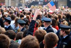Drängen Sie sich in WarteBarack Obama Rede Prag- Stockbild