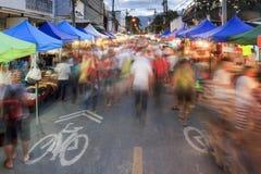 Drängt Touristen an gehendem Straßenmarkt Chiang Mai Sonntag Lizenzfreie Stockfotos