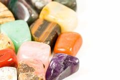 Dråsade stenar för den crystal terapibehandlingar och reikien royaltyfri fotografi