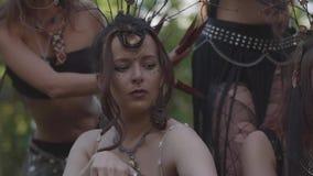 Dríadas o hadas del bosque que se colocan debajo de los árboles que mueven los fingeres con las garras largas que conducen un rit almacen de metraje de vídeo